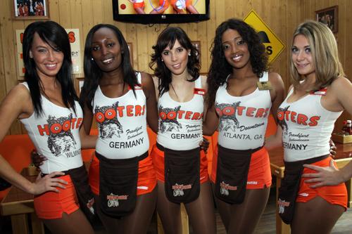 Hooters eröffnet in Frankfurt